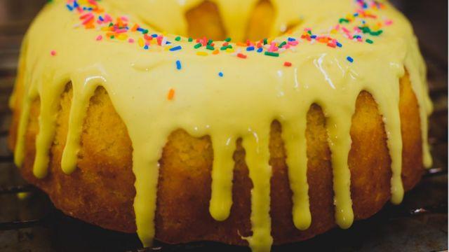Кекс, покрытй желтой глазурью