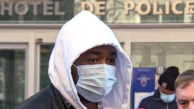 مایکل زکلر تهیهکننده موسیقی بیرون ساختمان پلیس ملی فرانسه با خبرنگاران صحبت میکرد.