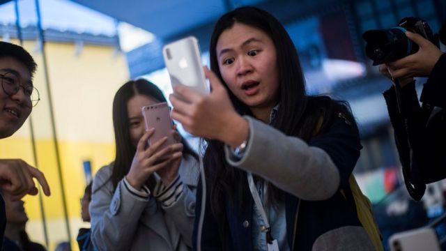 Фанаты Apple - в очереди за новым iPhone