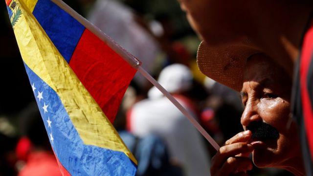 先月30日にカラカスで開かれた政府を支持するデモ