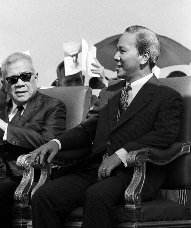 Tổng thống Nguyễn Văn Thiệu (phải)