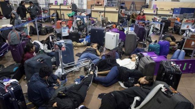 Viajeros varados en el aeropuerto de Santiago de Chile