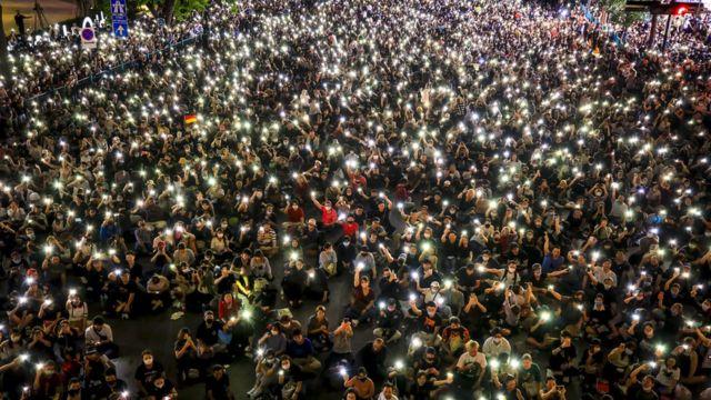Những người biểu tình đã tổ chức một cuộc tọa kháng ôn hòa tại khu mua sắm Ratchaprasong ở Bangkok