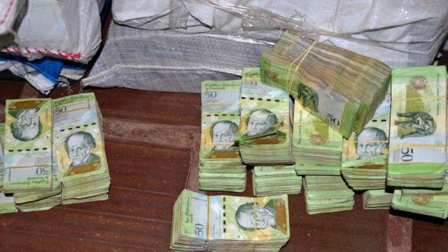 Notas venezuelanas achadas pela policía do Paraguai