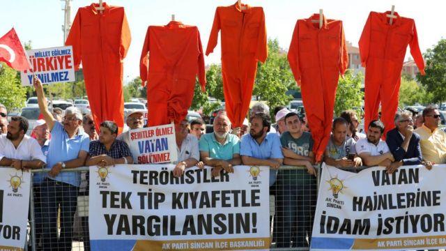 1 Ağustos 2017'de darbe girişimi sanıklarının yargılandığı duruşma salonu önünde 'tek tip kıyafet' ve 'idam' talepleriyle protesto düzenlendi