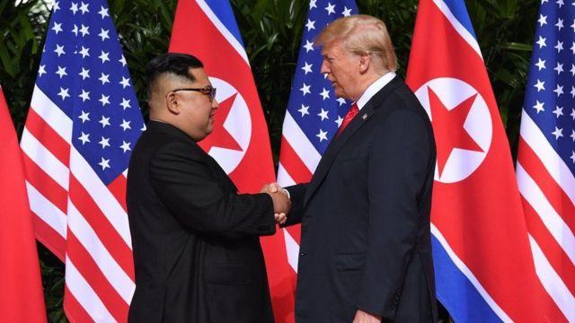Indongozi ya Korea ya Ruguru Kim Jong-un (i bubamfu) na Perezida wa Amerika Donald Trump