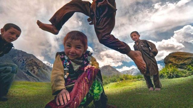 Afganistan'daki yarı göçebe topluluğun minik üyeleri.