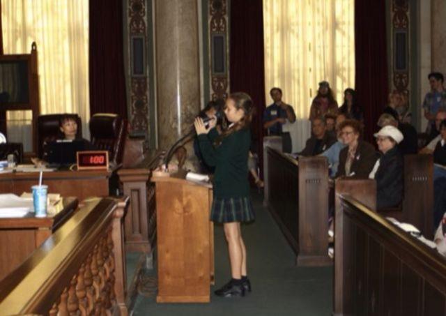 Nalleli Cobo s'exprimant lors d'une audience publique avec des élus de Los Angeles.