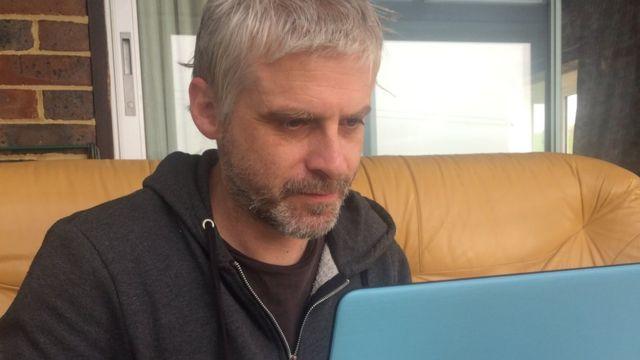 Пан Тейлор, який пише підроблені відгуки, за своїм ноутбуком