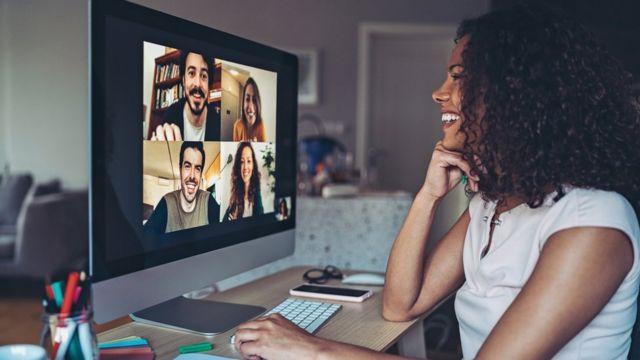 Una mujer conversando con otras cuatro personas en una videollamada.