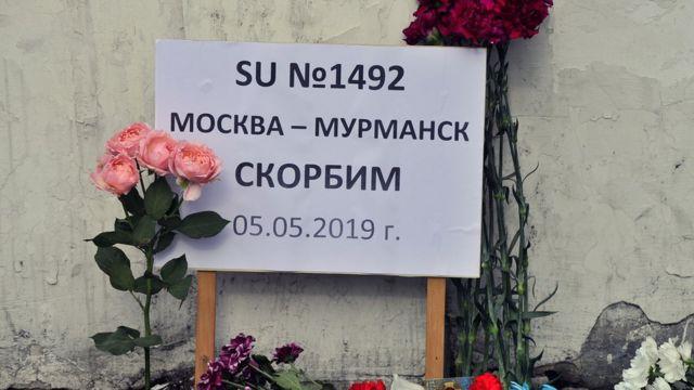 Памятная табличка на имровизированном мемориале в Мурманске