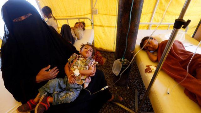 أطفال يمنيون يشتبه في إصابتهم بمرض الكوليرا