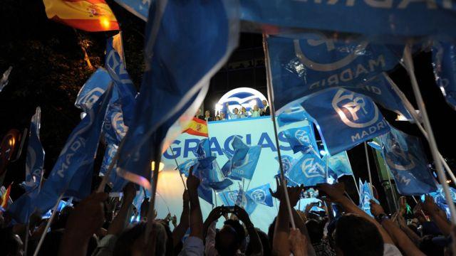 El PP celebra con banderas