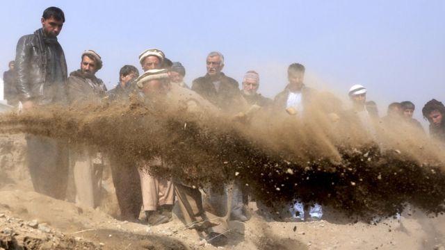 похороны погибших при нападении в Кабуле