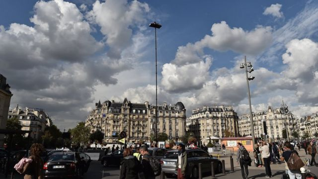 Акционист уже провел неделю на 20-метровой высоте в центре Парижа