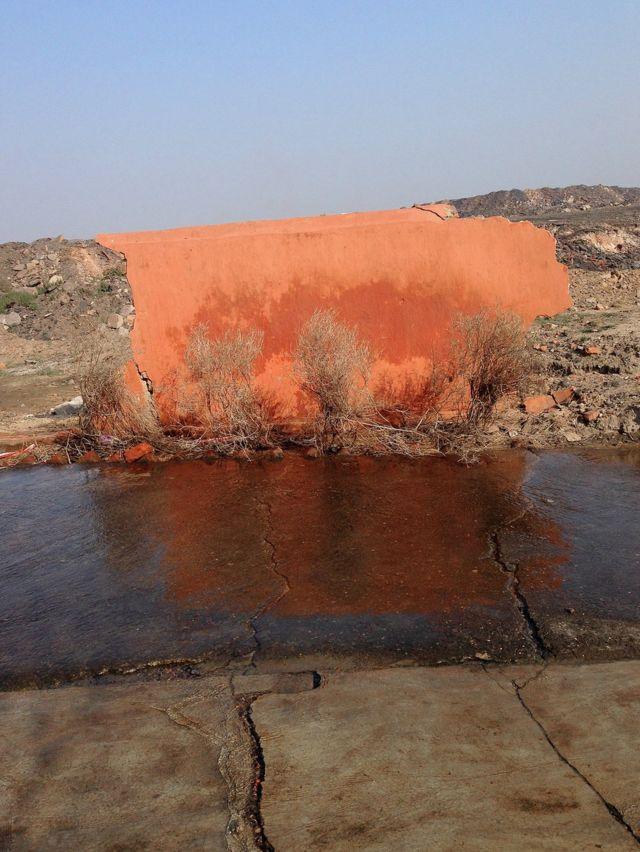 La pared que quedó de un templo destruido en un pueblo cerca de una mina de carbón.