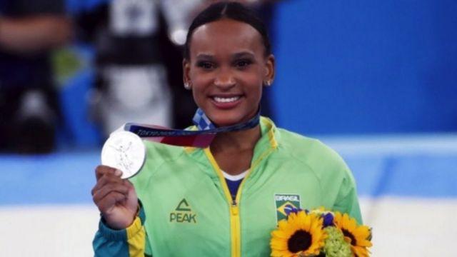 Rebeca posa com medalha de prata na Olimpíada