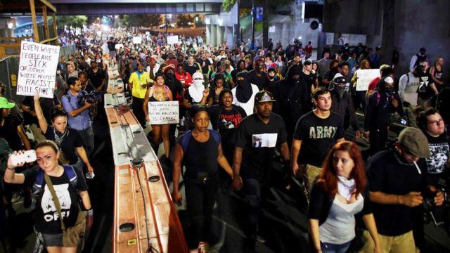 Manifestación en Charlotte, el jueves en la noche, para protestar por la muerte de Keith Lamont Scott