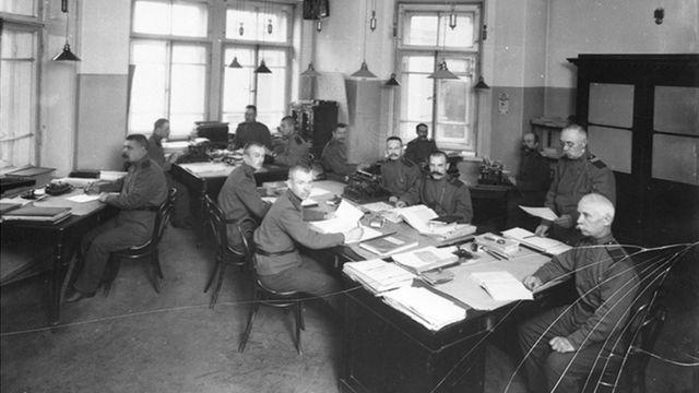 Сотрудники Петроградского жардармского управления за работой