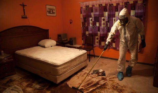 Donovan Tavera limpia el piso