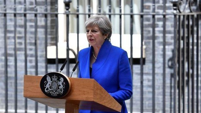 総選挙後で過半数を失った後、自分が新政府を組閣すると発表するメイ首相(9日、ロンドン・ダウニング街)