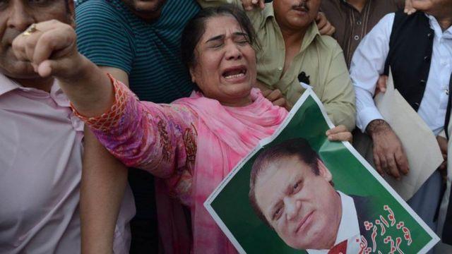 પાકિસ્તાનમાં નવાઝ માટે કરાઈ રહેલા પ્રદર્શનની તસવીર