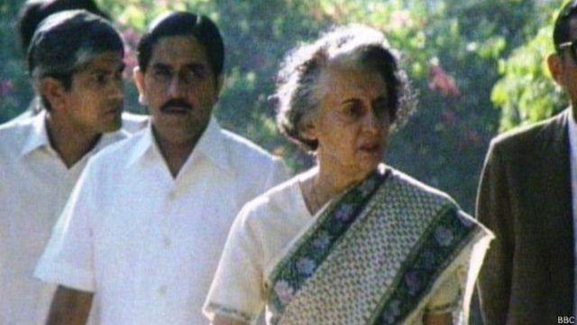 तस्वीर में इंदिरा गांधी के पीछे नज़र आ रहे हैं कांग्रेस नेता आरके धवन.