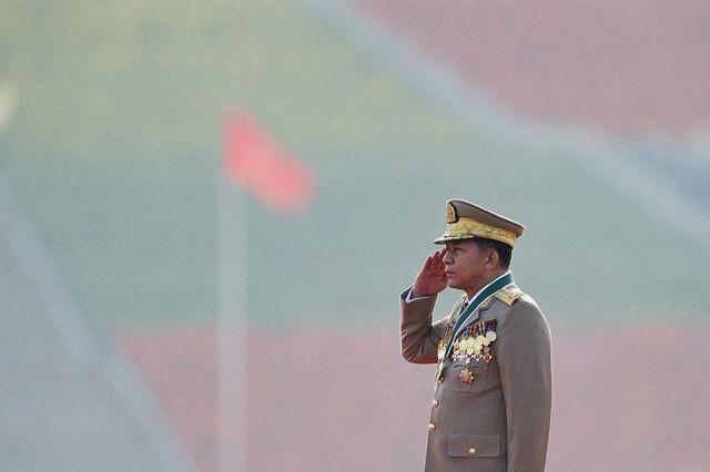 El comandante en jefe de Myanmar, Min Aung Hlaing, durante la ceremonia para celebrar el 70 aniversario de las fuerzas armadas en Naypyidaw el 27 de marzo de 2015.