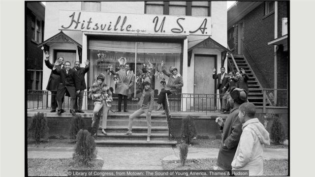 1965年,戈迪与至上女声、摩城的一支乐队(左),以及金牌创作乐团霍兰-多泽-霍兰一起挥手致意。