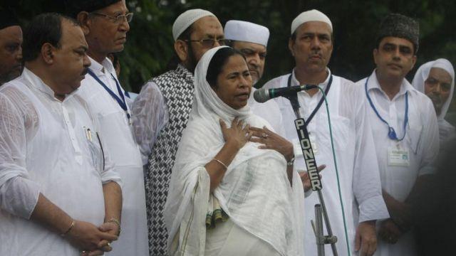 पश्चिम बंगाल में मुस्लिम नेताओं के साथ ममता बनर्जी