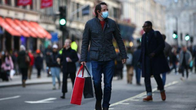 Comprador en una calle de Londres.