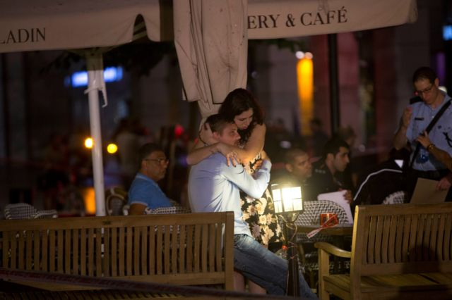 Люди вблизи от места теракта в Тель-Авиве