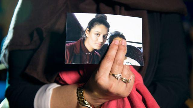 Mano sosteniendo una foto de Shamima Begum