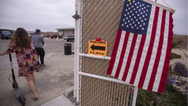 Un centro de votación en California, Estados Unidos