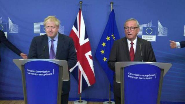 ブレグジット離脱協定案に合意したと発表するジョンソン英首相(左)とユンケル欧州委員会委員長(17日、ブリュッセル)