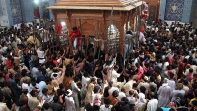 در پاکستان یک بمبگذار انتحاری با منفجر کردن خود در یک آرامگاه مسلمانان صوفی باعث کشته شدن دست کم ۷۰ نفر شده است