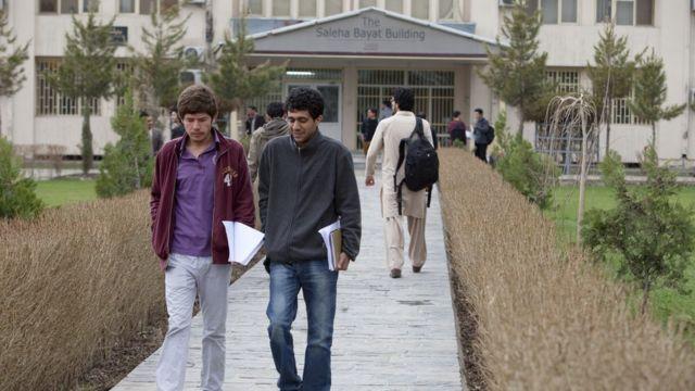 Студенты около одного из зданий Университета в Кабуле