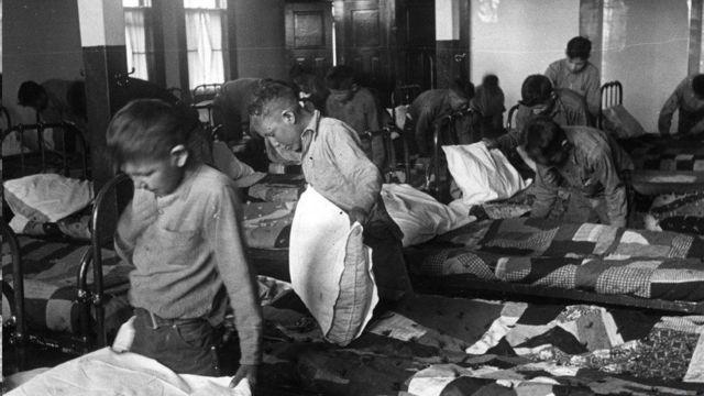 Crianças indígenas em uma escola residencial em 1950