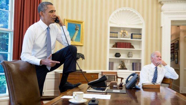 Обаму также когда-то критиковали за то, что он поставил ногу на стол в Овальном кабинете