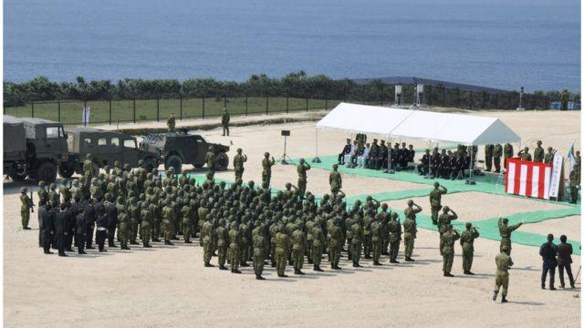 東シナ海で中国との緊張が高まるなか、沖縄県の与那国島に自衛隊の駐屯地が開設された(今年3月)