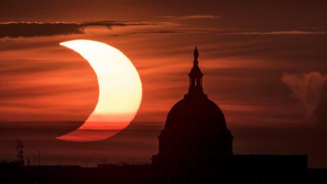 Vista del eclipse anular solar en Washington D.C.