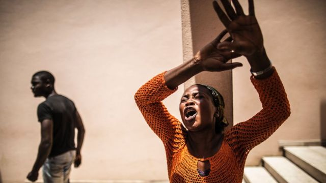 Une femme, à Libreville, le 6 septembre 2016, cherche à avoir des nouvelles de proches arrêtés durant les manifestations qui ont suivi l'annonce des résultats de l'élection présidentielle.