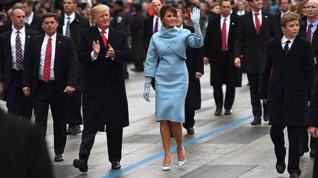 就任式後のパレードでホワイトハウスへと歩く新大統領夫妻