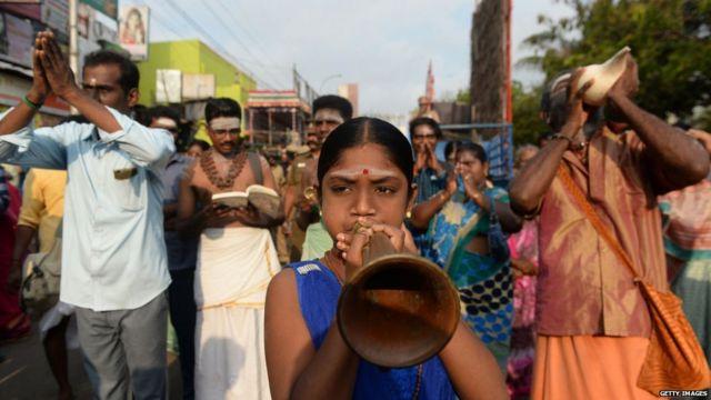 चेन्नई में एक हिंदू देवता कपलीश्वर की मूर्ति को फूलों से सजाकर उनकी शोभा यात्रा निकाली गई, इस यात्रा में शामिल भक्त शंख और अन्य वाद्य यंत्र बजाते हुए चल रहे हैं.