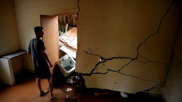 Homem em casa destruída pela tragédia em Brumadinho (MG)