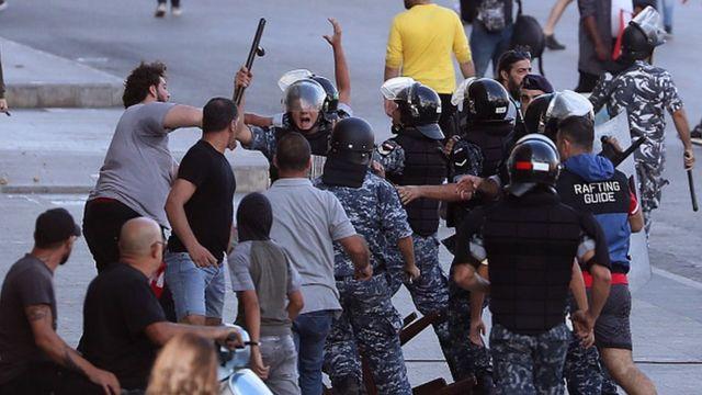 """مردم در خیابانهای شهرهای لبنان علیه دولت و پارلمان شعار داده و واژه """"انقلاب"""" به شعارهایشان راه یافت."""
