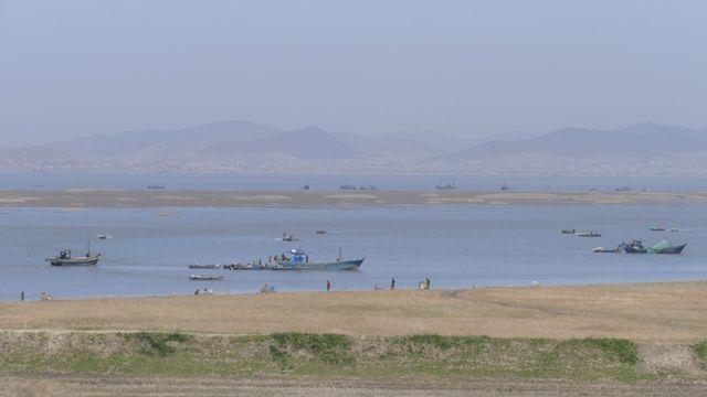 Barcos pesqueros en el río Chong Chon de Corea del Norte.
