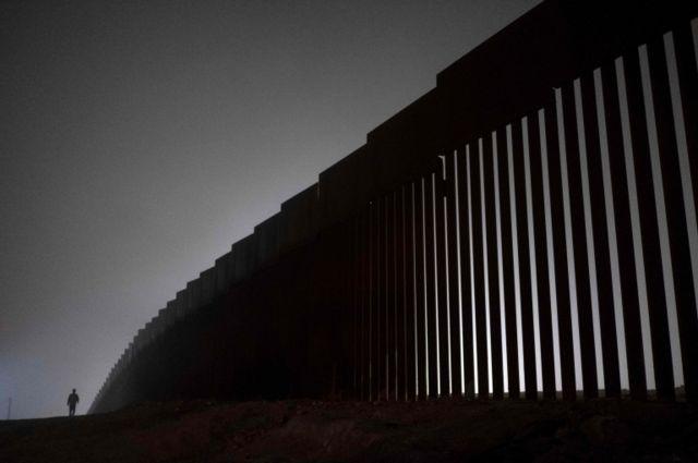मेक्सिकोलाही या भिंतीसाठी पैसे भरावे लागतील, असा आग्रह ट्रंप यांनी केला होता.