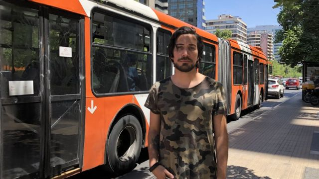 Joven frente a autobús