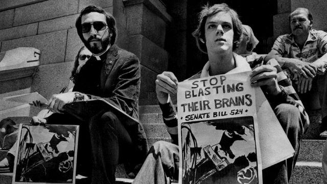 Демонстрация 1977 года за принятие закона, обязывающего предупреждать пациентов о риске ЭСТ